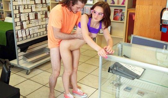 Молоденькая телка трахается со студентом в магазине на публике
