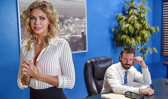 Смелая секретарша трахается с начальником в кабинете на столе...