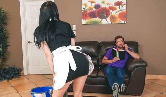 Горничная с темными волосами покорила парня в сиреневой футболке...