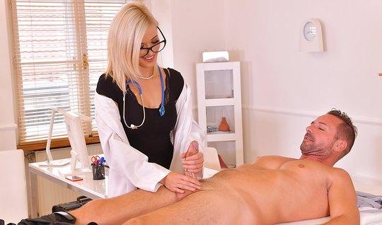 Белокурая медсестра надрочила пациенту фаллос и завелась