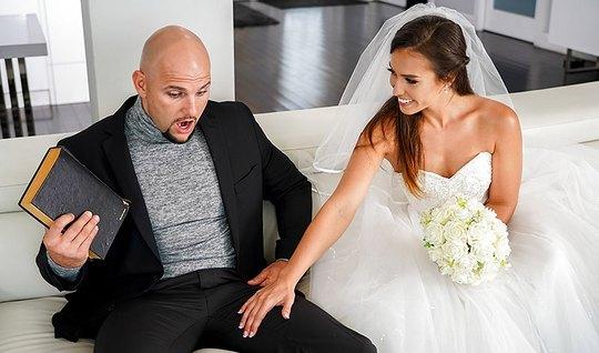 Молоденькая жена сразу же изменяет мужу с лысым любовником в разных позах