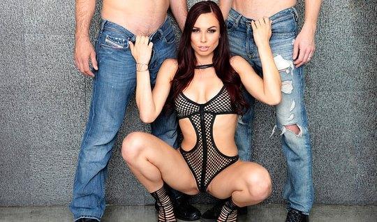 Брюнетка в сексуальном боди и на каблуках делает мужикам двойной отсос