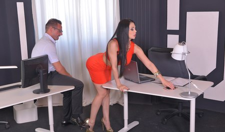 Деловая брюнетка в коротком платье трахается с мужиком в офисе