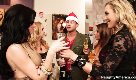 Компания красивых мамок возбуждаются от новогоднего траха с мужиком