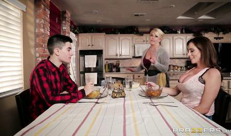 Опытная телка с небритой мохнаткой отдается парню на кухонном столе...