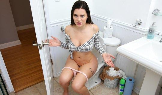 Брюнетка трахается с парнем в туалете от первого лица и постанывает