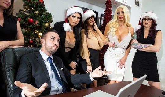Компания грудастых красоток трахается с боссом в офисе возле новогодней елки...