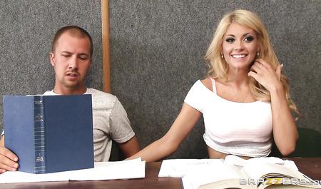 Блондинка с большими буферами дрочит парню за столом и трахается с ним...