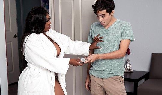 Толстая мулатка после массажа наслаждается сексом с молодым брюнетом
