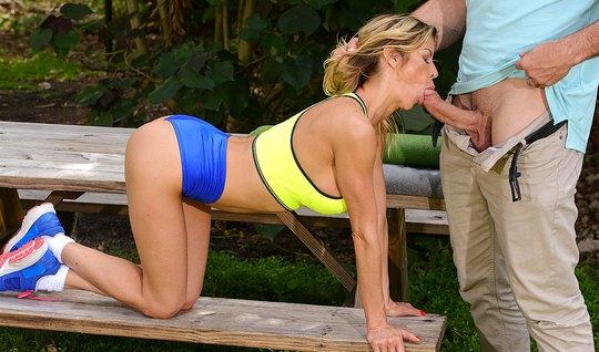 Фотограф оттрахал грудастую блондинку в парке на свежем воздухе