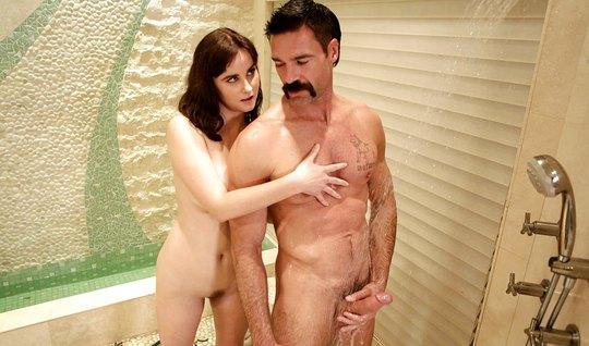 Мамка сделала массаж усатому мужику и занялась с ним сексом в ванной комнате