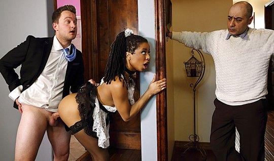 Мулатка в униформе горничной трахается с любовником пока муж на работе